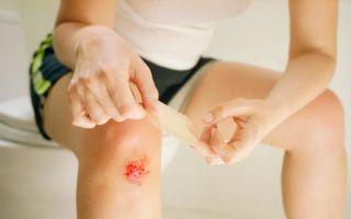 Как распознать и чем лечить ушиб колена?