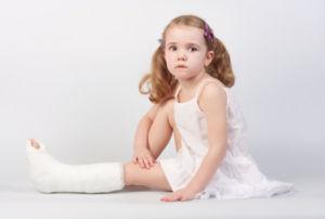Нога в гипсе у ребенка