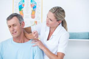 Хрустит шея и болит голова при поворотах причины лечение
